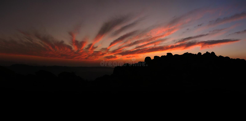 Puesta del sol brillante sobre rocas foto de archivo libre de regalías