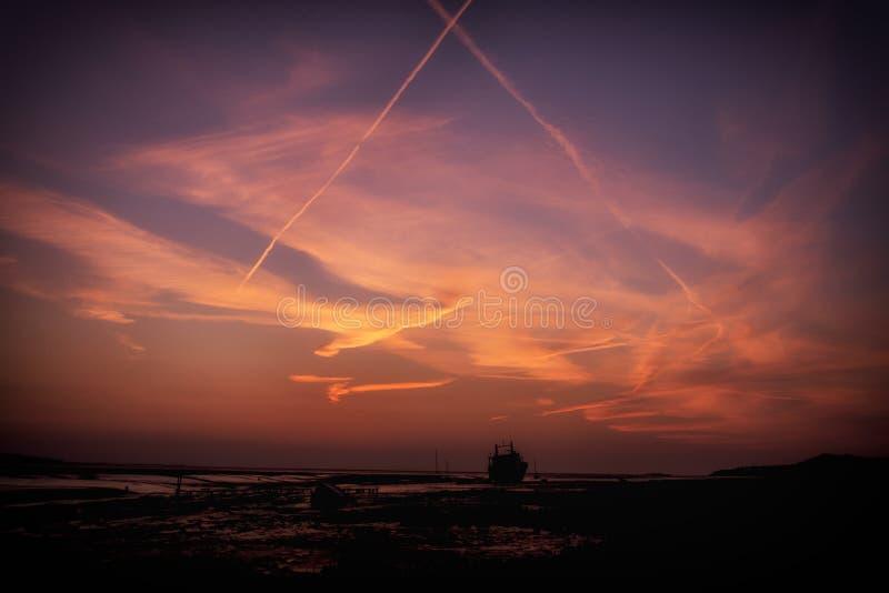 Puesta del sol BRITÁNICA del Boatyard de Heswall Wirral imagenes de archivo