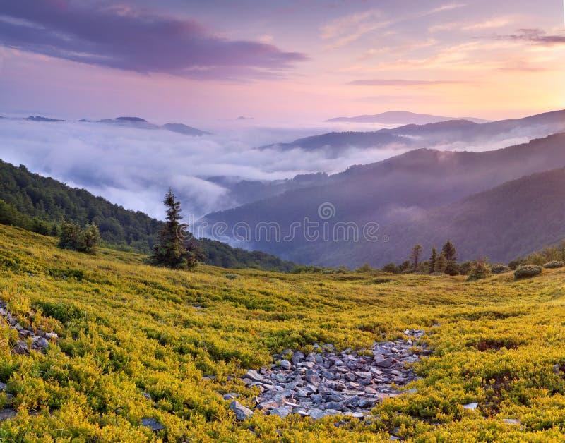 Puesta del sol brumosa en las montañas fotografía de archivo