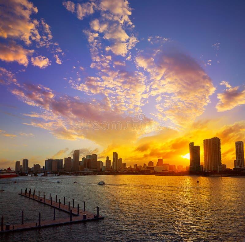 Puesta del sol céntrica la Florida los E.E.U.U. del horizonte de Miami imagen de archivo