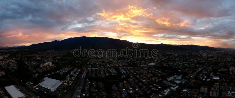 Puesta del sol, Cali - Colombia imagen de archivo