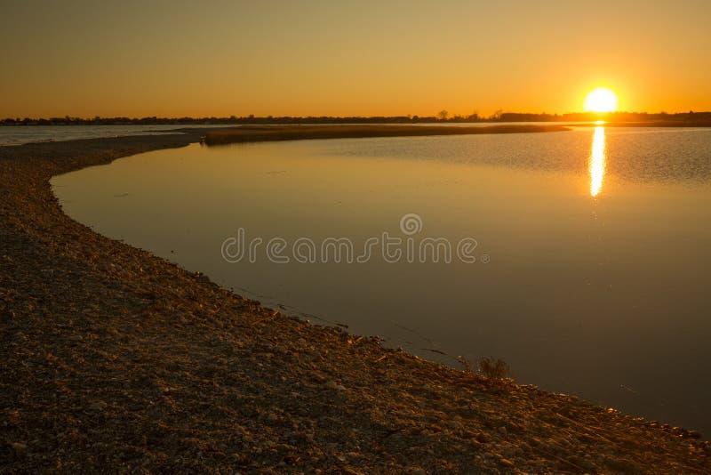 Puesta del sol caliente sobre el pantano en el punto de Milford, Connecticut imagen de archivo