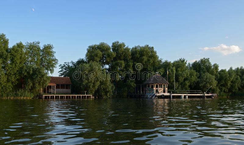 Puesta del sol caliente del verano sobre el r?o Danubio en el fondo de un cielo azul foto de archivo