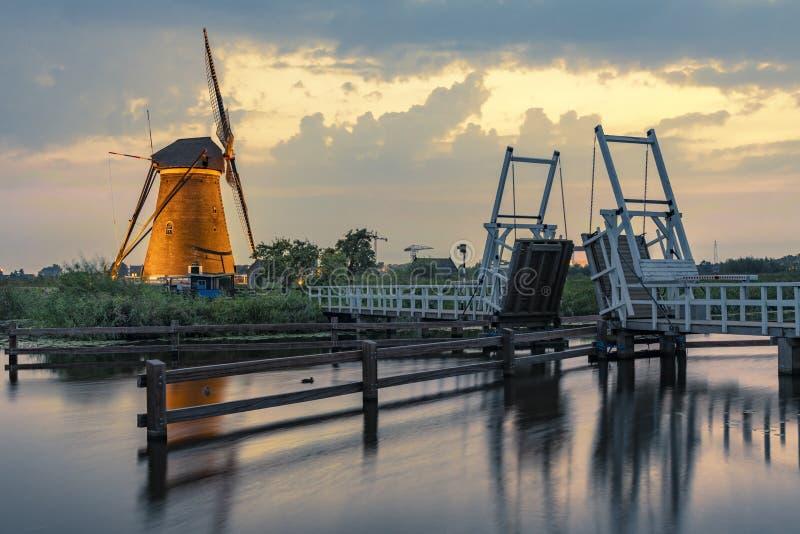 Puesta del sol caliente y tranquila del molino de viento fotos de archivo libres de regalías