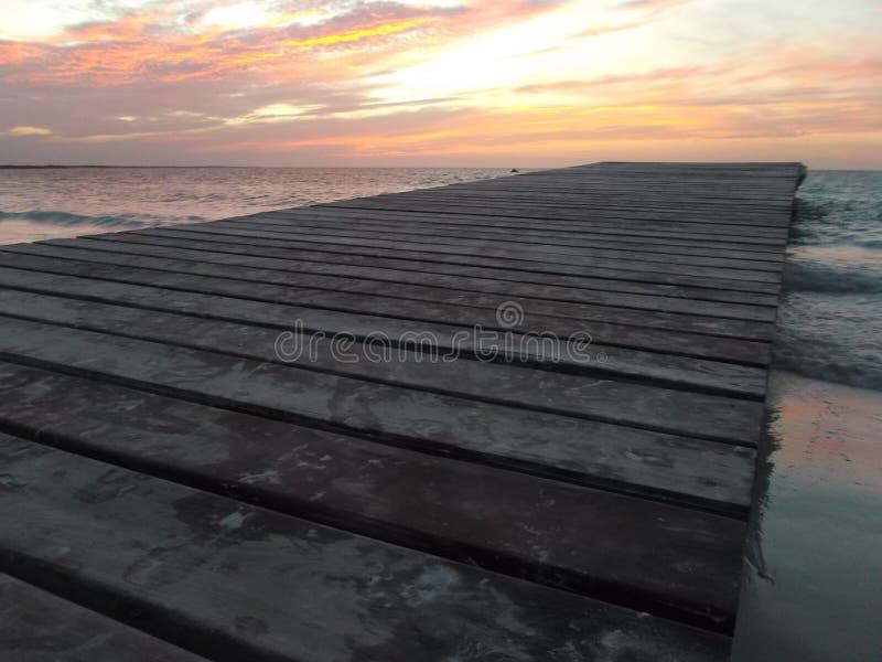 Puesta del sol del camineriw del muelle en muelle foto de archivo