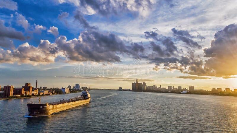 Puesta del sol del carguero del río Detroit fotografía de archivo
