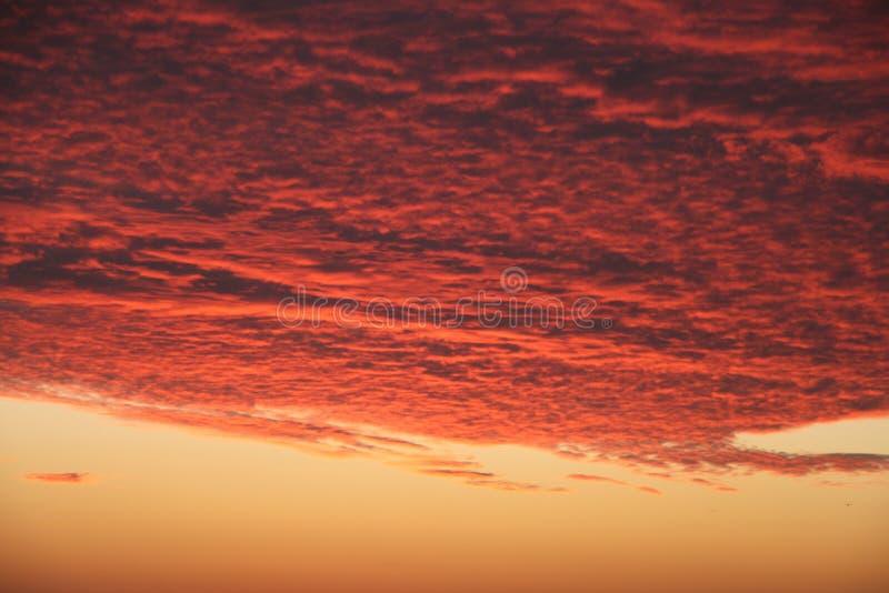 Puesta del sol carmesí volcánica dramática sobre el Océano Pacífico fotografía de archivo libre de regalías