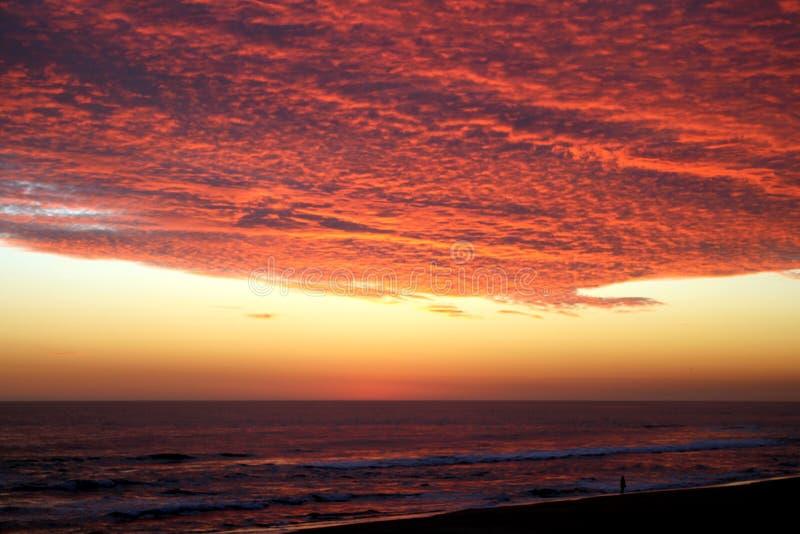 Puesta del sol carmesí volcánica dramática sobre el Océano Pacífico imagen de archivo libre de regalías