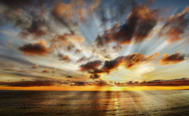 Puesta del sol celeste hermosa imagenes de archivo
