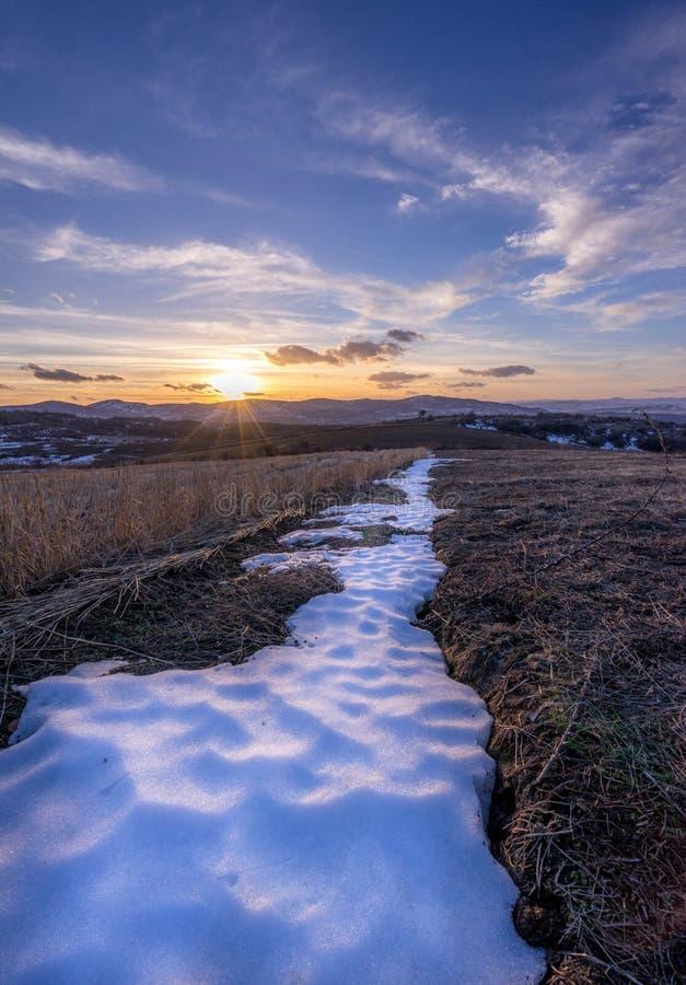 Puesta del sol cerca de la nieve imagenes de archivo
