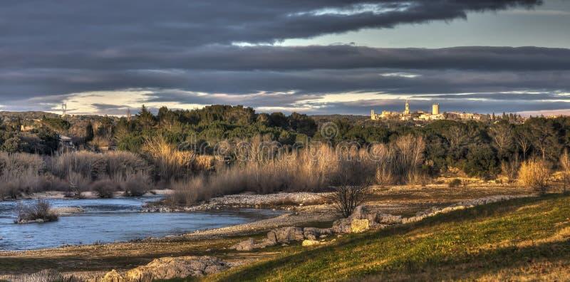 Puesta del sol cerca de Pont du Gard imagenes de archivo