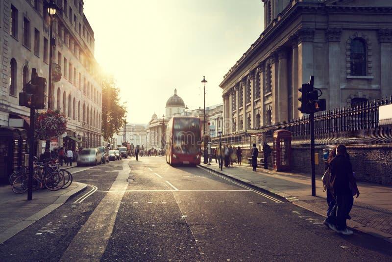 puesta del sol cerca del cuadrado de Trafalgar, Londres imagen de archivo libre de regalías