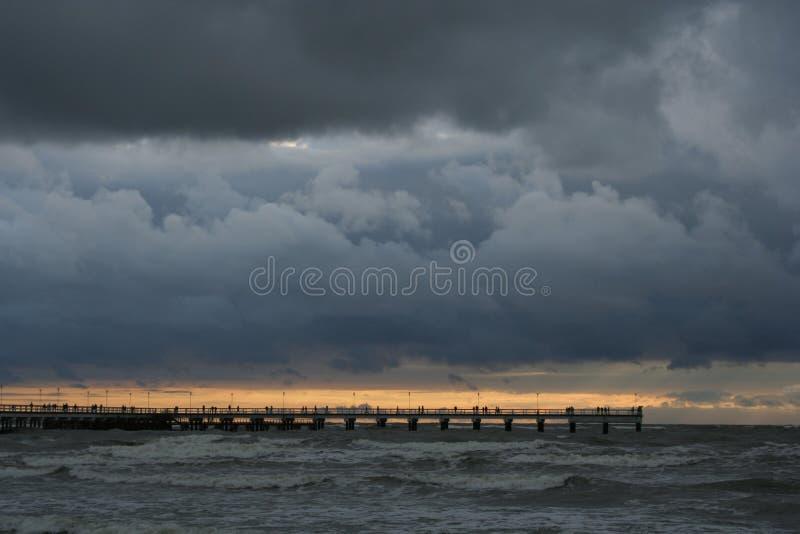 Puesta del sol cerca del mar imagen de archivo libre de regalías