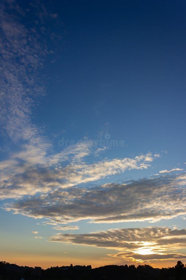 puesta del sol del cielo azul en el campo alemán del sur fotos de archivo libres de regalías