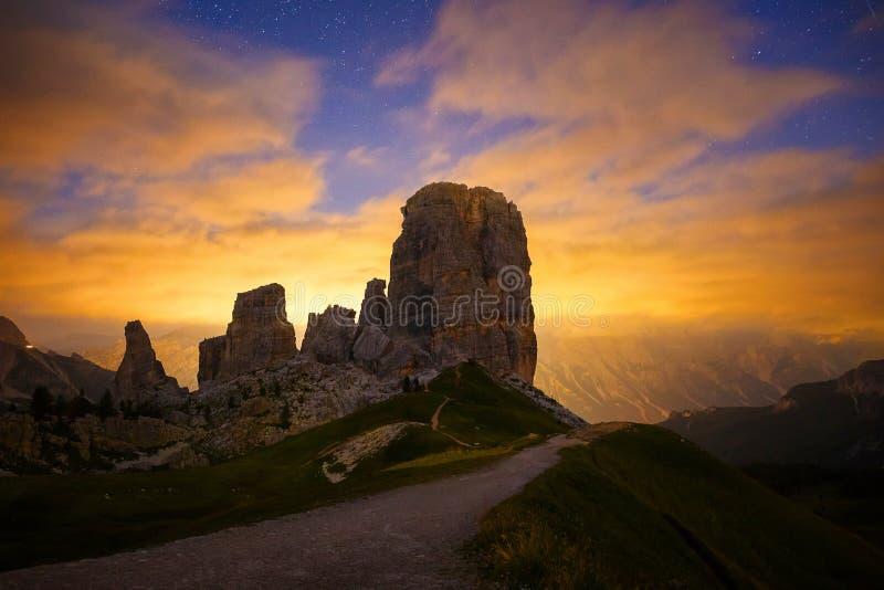 Puesta del sol Cinque Torri, montañas italianas fotografía de archivo