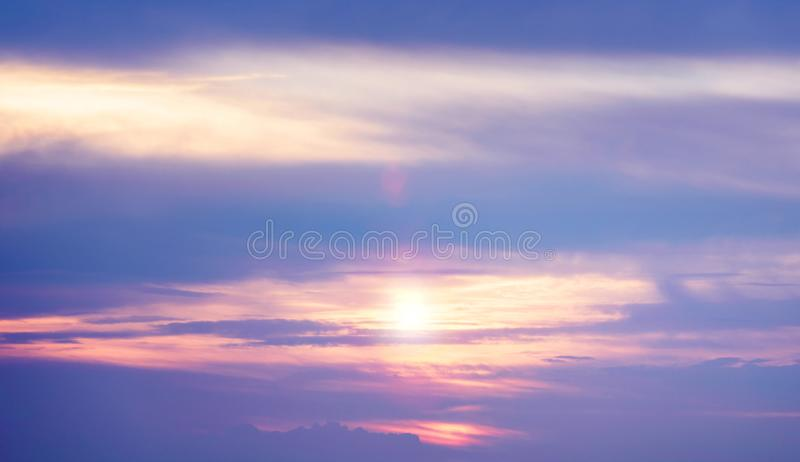 Puesta del sol Cloudscape en azul y Violet Colors brillantes en verano imágenes de archivo libres de regalías
