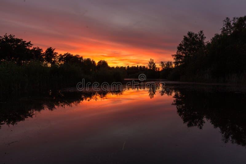 Puesta del sol coloreada que sorprende en Waterschei cerca de Genk, B?lgica foto de archivo