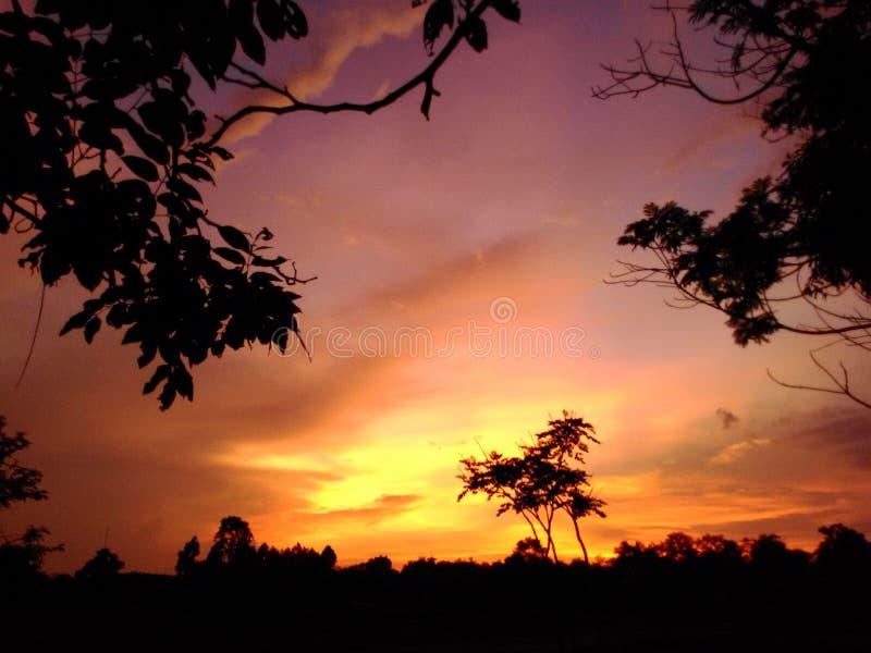 Puesta del sol colorida imagen de archivo
