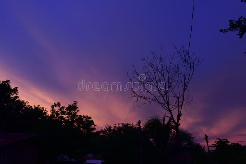Puesta del sol colorida foto de archivo