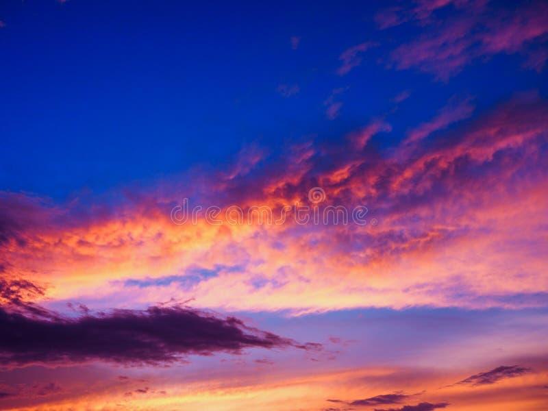 Puesta del sol colorida Cielo multicolor abstraiga el fondo fotos de archivo libres de regalías