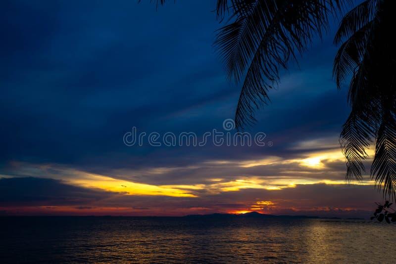 Puesta del sol colorida con dramático del cielo nublado púrpura, magenta y anaranjado por la tarde sobre un océano foto de archivo libre de regalías