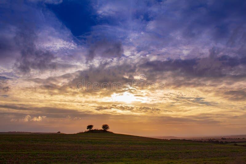 Puesta del sol colorida con las nubes y el buen tiempo imagen de archivo