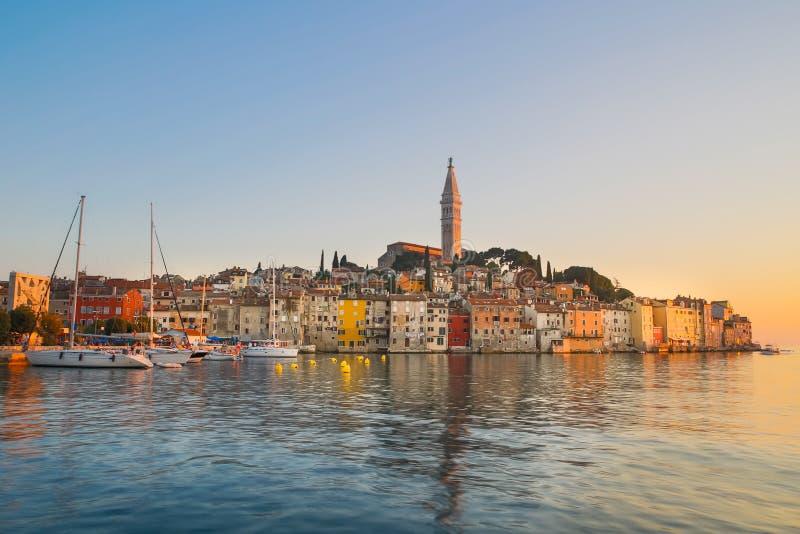 Puesta del sol colorida de la ciudad de Rovinj, puerto pesquero croata en la costa oeste de la península de Istrian fotos de archivo libres de regalías