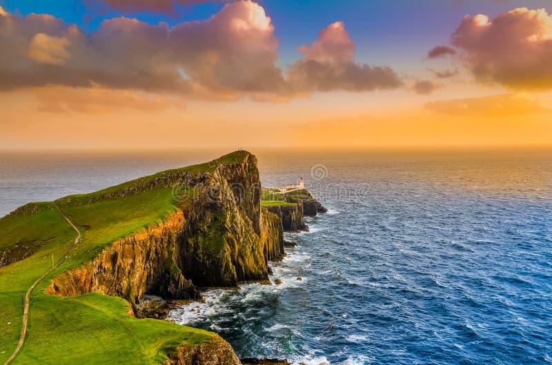 Puesta del sol colorida de la costa del océano en el faro del punto de Neist, Escocia foto de archivo libre de regalías