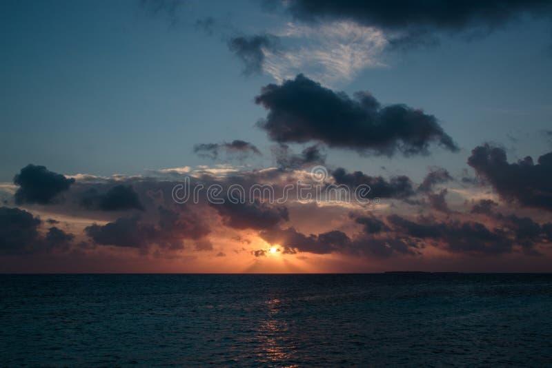 Puesta del sol colorida de la playa Cielo nublado fotos de archivo libres de regalías