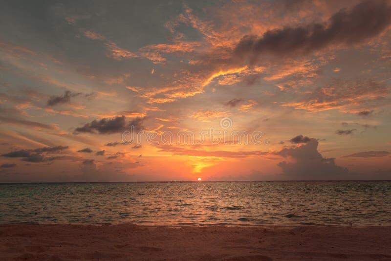 Puesta del sol colorida de la playa Cielo nublado imagen de archivo libre de regalías