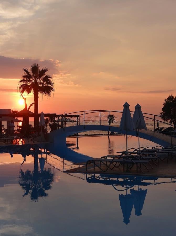 Puesta del sol colorida de la playa con reflexiones del agua foto de archivo libre de regalías