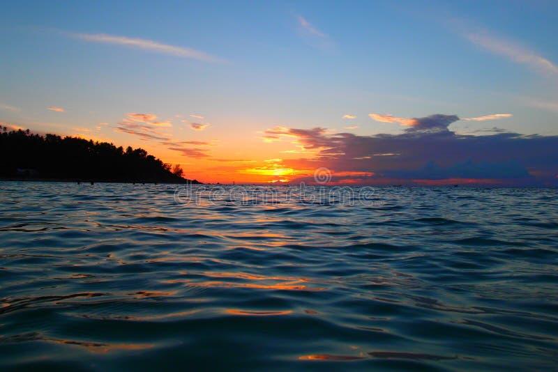 Puesta del sol colorida de una opinión tropical de la isla fotos de archivo