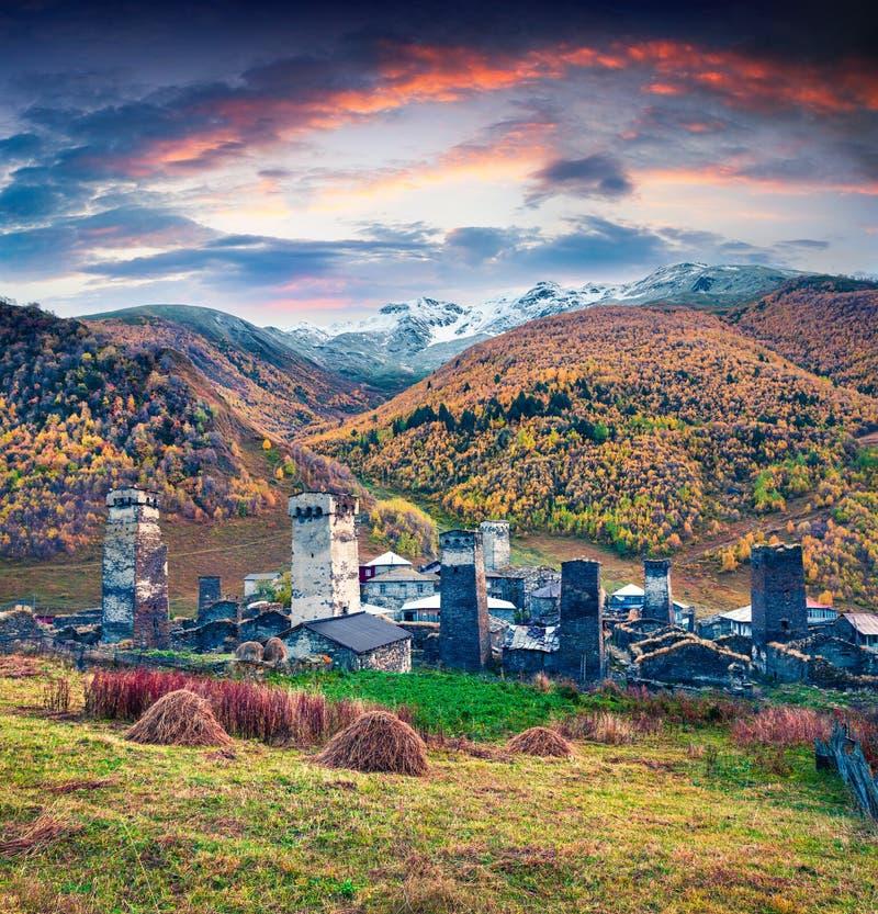 Puesta del sol colorida del otoño en el pueblo habitado más alto famoso de Europa - Ushguli imágenes de archivo libres de regalías