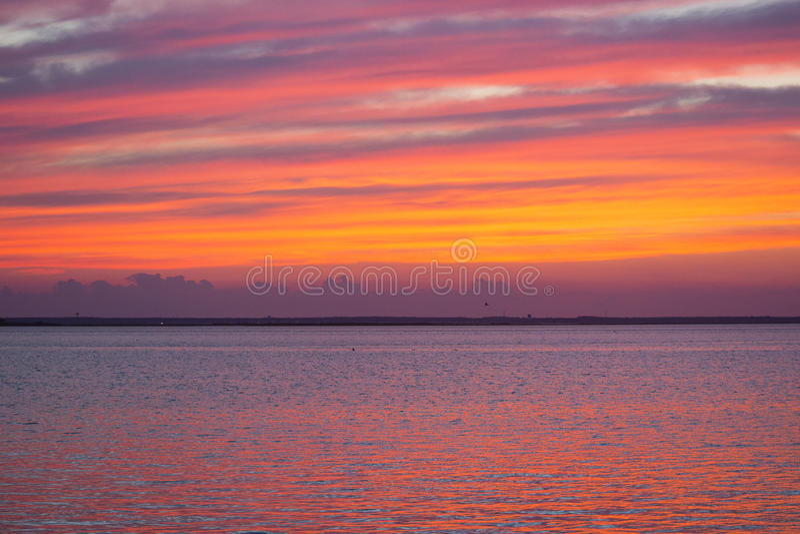 Puesta del sol colorida del verano en la playa fotografía de archivo