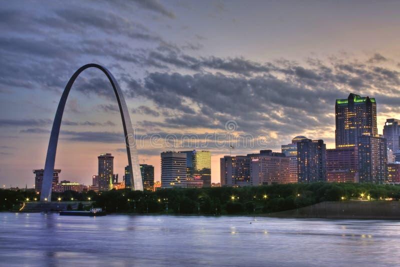 Puesta del sol colorida en el arco de St. Louis fotos de archivo