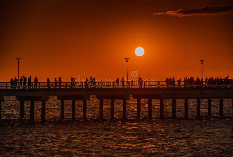 Puesta del sol colorida en el embarcadero marino en la ciudad báltica de Palanga lituania europa foto de archivo