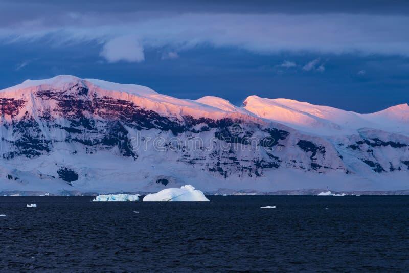 Puesta del sol colorida en el estrecho de Gerlache imágenes de archivo libres de regalías