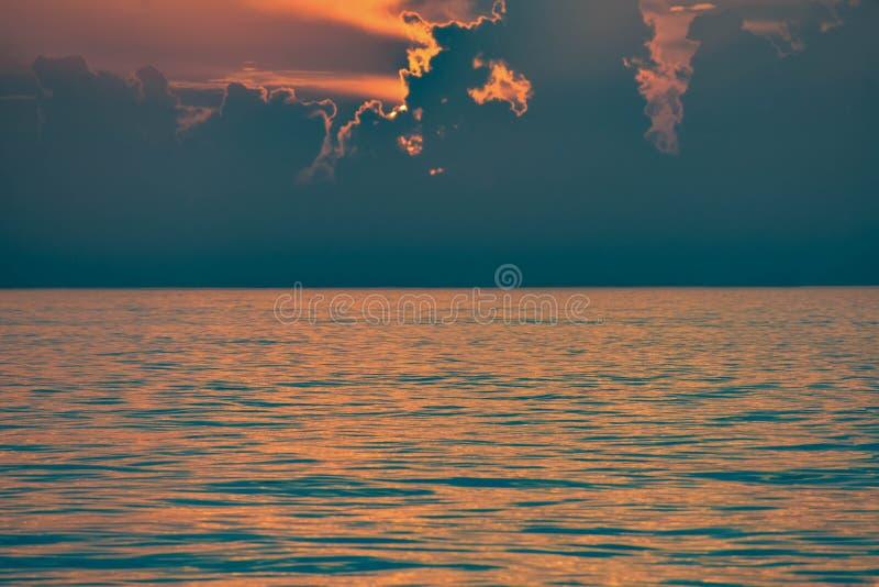 Puesta del sol colorida en el mar en la playa de Clearwater imágenes de archivo libres de regalías
