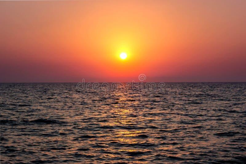 Puesta del sol colorida en el Mar Negro imagenes de archivo