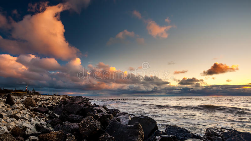 Puesta del sol colorida en el Mar Negro, Poti, Georgia fotografía de archivo libre de regalías