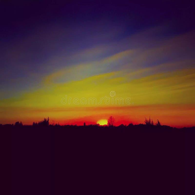 Puesta del sol colorida en el país imagen de archivo