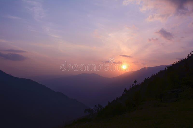 Puesta del sol colorida en Himalaya, Nepal Visión desde el pueblo de Sete fotografía de archivo