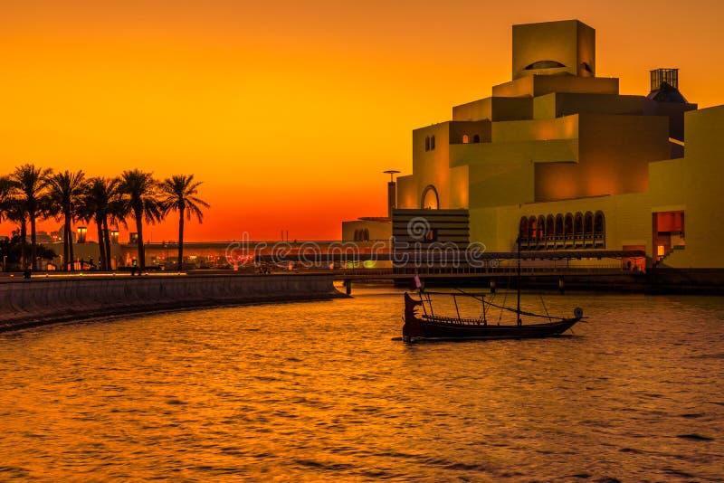 Puesta del sol colorida en la bahía de Doha fotografía de archivo libre de regalías