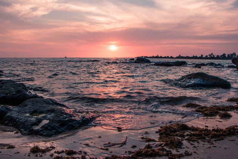 Puesta del sol colorida en la costa del golfo de Tailandia fotografía de archivo libre de regalías