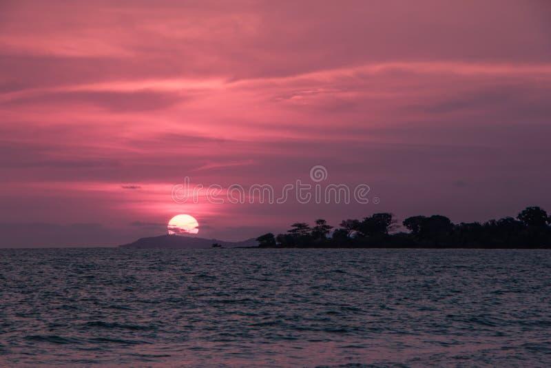 Puesta del sol colorida en la costa del golfo de Tailandia imagen de archivo