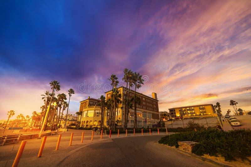 Puesta del sol colorida en la orilla de Santa Monica fotografía de archivo