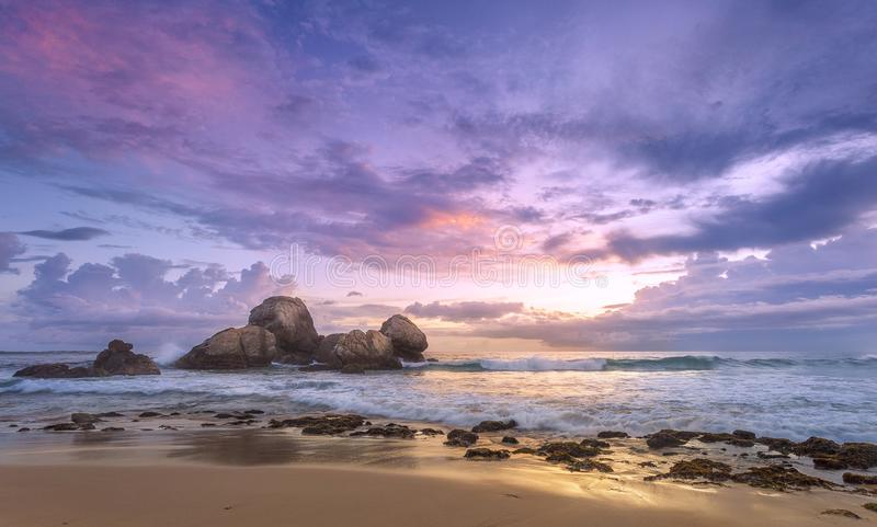 Puesta del sol colorida en la orilla del océano imagenes de archivo