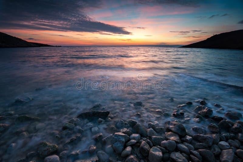 Puesta del sol colorida en la playa cerca de Stara Baska, Croacia fotografía de archivo