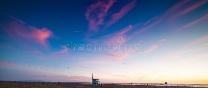 Puesta del sol colorida en la playa de Santa Monica foto de archivo libre de regalías