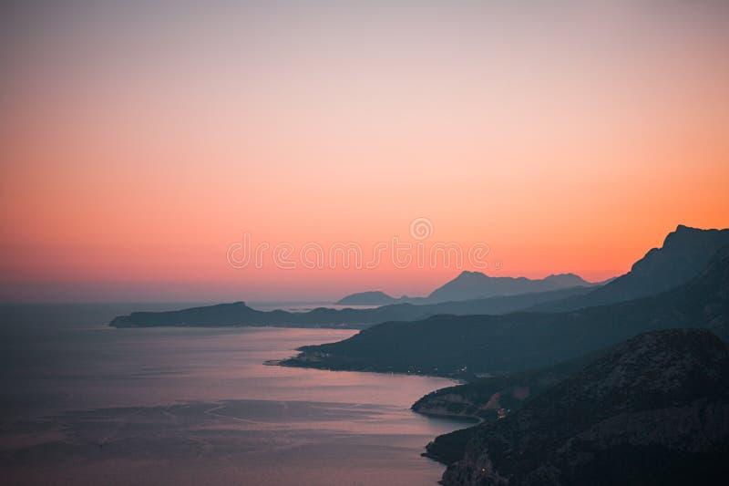Puesta del sol colorida en las montañas fotos de archivo libres de regalías